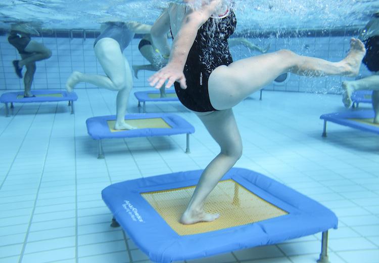 Aquajumping mit dem Trampolin unter Wasser