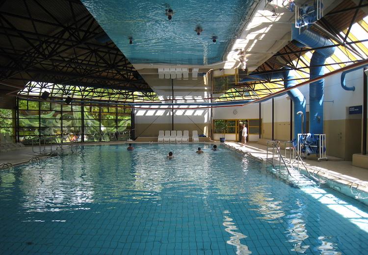 Schwimmhalle mit Spiegel an der Decke Maxibad